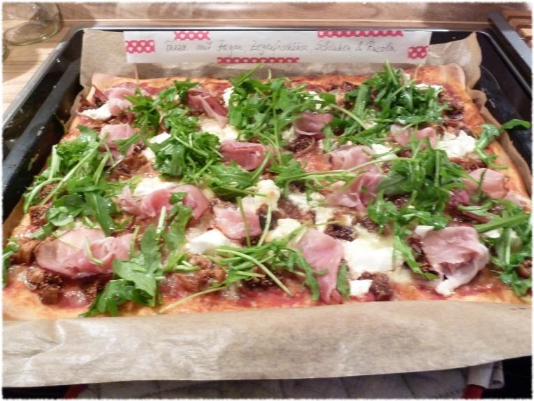 Pizza mit Feigen, Ziegenfrischkäse, Mozarella, Schinken und Rucola