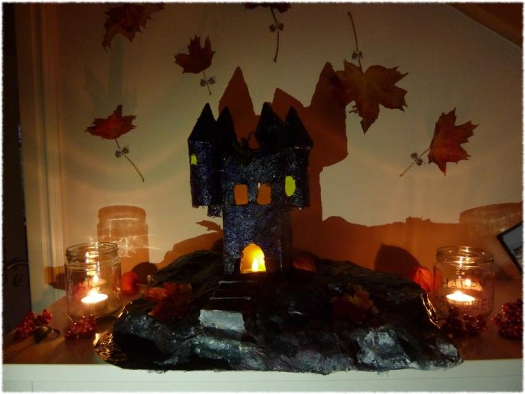 Eine elektrische Kerze ins Schloß, ein paar Blätter an die Wand. Fertig ist das Halloween Gruselschloß.