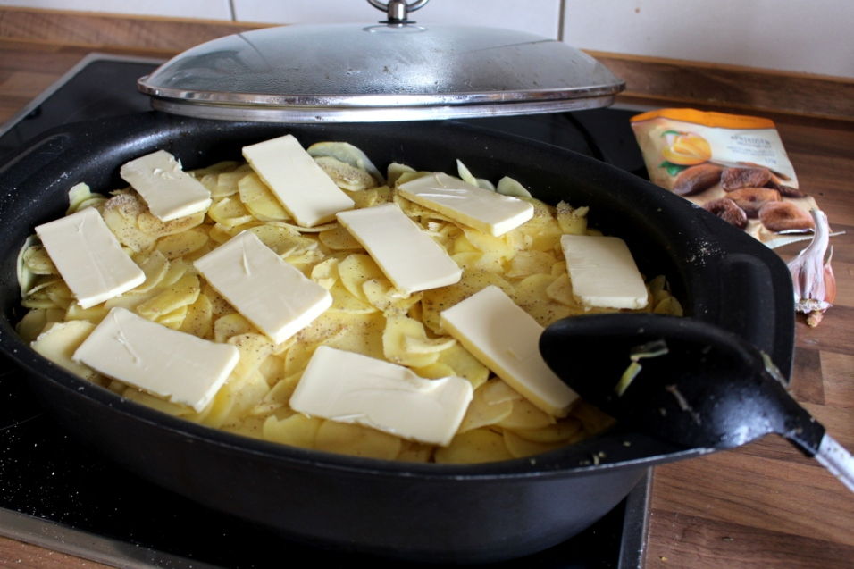 Rindfleischtopf-mit-Porree-getrockneten-Aprikosen-und-Kartoffelhaube04