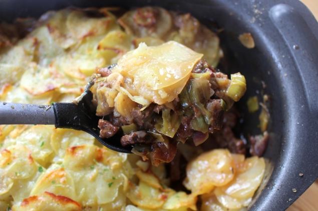 Rindfleischtopf-mit-Porree-getrockneten-Aprikosen-und-Kartoffelhaube13