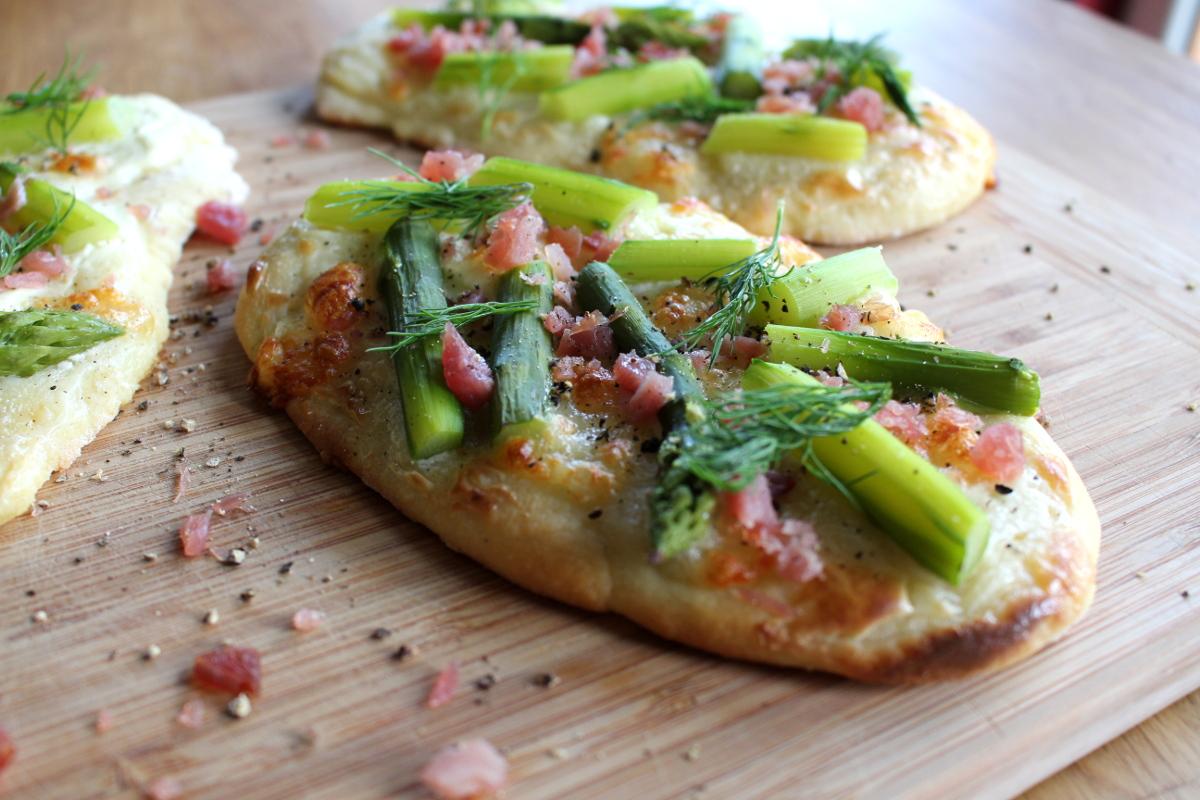 Pizzafladen_mit_Spargel_Lachsschinken_Mozarella_Dill_Schmand08