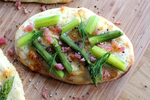 Pizzafladen_mit_Spargel_Lachsschinken_Mozarella_Dill_Schmand11