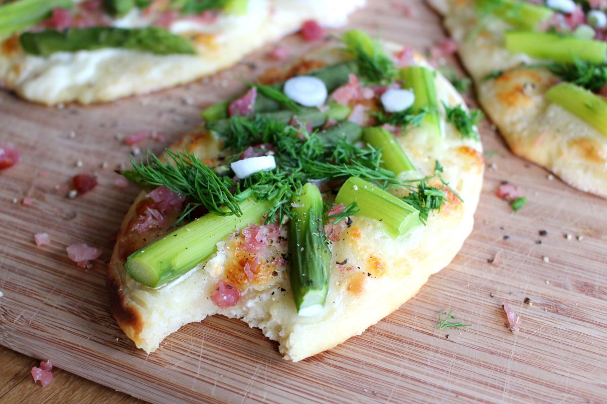 Pizzafladen_mit_Spargel_Lachsschinken_Mozarella_Dill_Schmand17